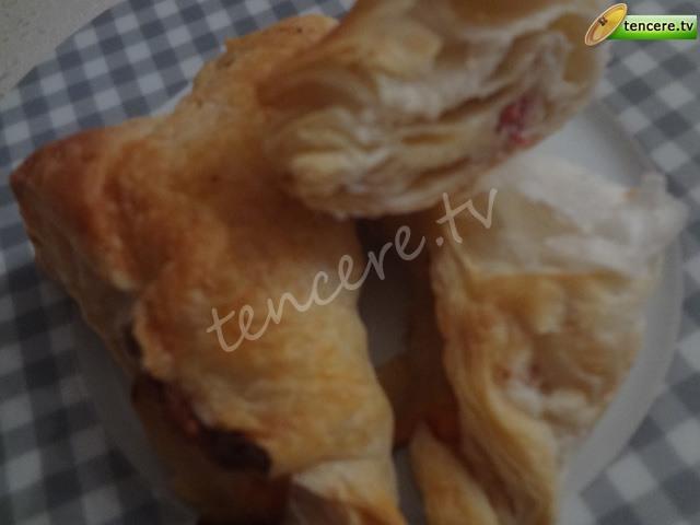 Pastırmalı Kaşarlı Milföy Böreği tarifi