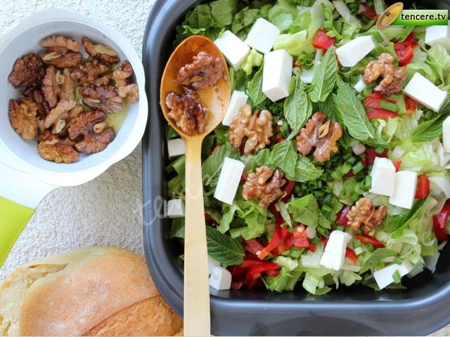 Cevizli Peynirli Marul Salatası tarifi