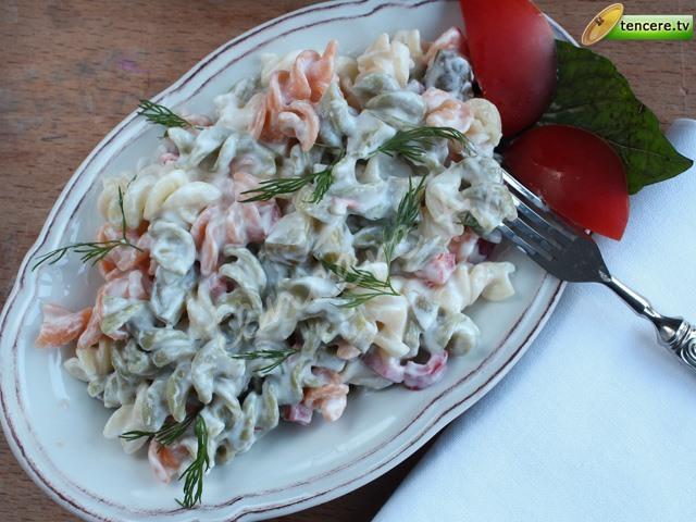Sebzeli Yoğurtlu Makarna Salatası tarifi