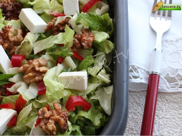 Kızarmış Cevizli Marul Salatası tarifi