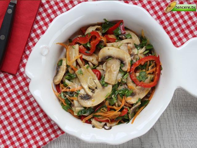 Sebzeli Ilık Mantar Salatası tarifi